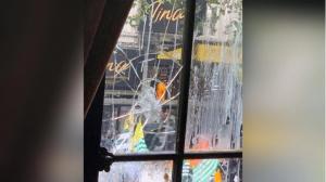 লন্ডনে ব্যাপক বিক্ষোভ করে ভারতীয় হাই কমিশনে ভাঙচুর